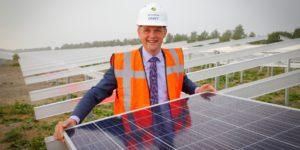 Wethouder gemeente Medemblik heeft eerste paneel in zonnepark Andijk gelegd.