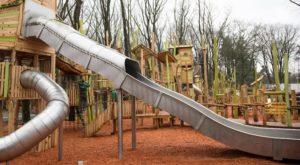 Nieuwe duurzame speeltuin belegerd door dolenthousiaste kinderen