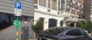 Vijf AED's op laadpalen in Rotterdam