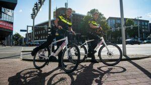Eerste levering nieuwe elektrische fietsen en e-scooters politie