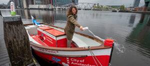 Amsterdamse sloep voor Plastic Whale door de grachten van Amsterdam