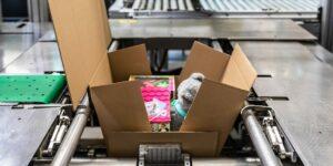 Verpakken: multi-inpakmachine bol.com 's werelds eerste.  Meerdere artikelen op maat in één doos