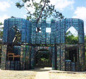 Huizen van petflessen in Panama