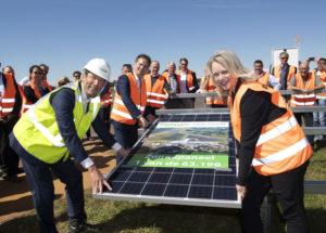 Startsein voor bouw zonnepark Groningen Airport Eelde,  gegeven door Regionaal Kamerlid Agnes Mulder