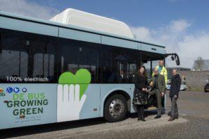 Een elektrische duurzame bus met een boodschap