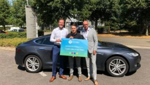 Dankzij snelste ronde rijdt Myron Delwel deze week in een Tesla