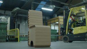 Solidus Solutions recyclet oud promotiemateriaal tot kartonnen stoelen voor festival Grasnapolsky