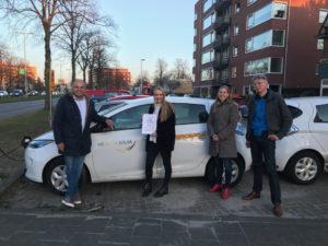Eerste certificaat Elektrisch autodelen voor geslaagde Verkeersschool Veronica