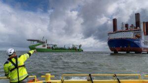Onderwaterrobot legt kabels door Rotterdamse Maasmond voor aansluiting windparken Hollandse Kust (zuid)