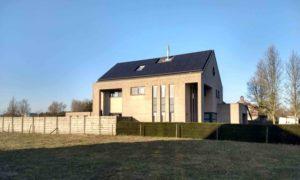epTechnieken voorziet Weeldens woonhuis van all-black zonnepanelen van Panasonic