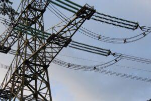 Eerste hoogspanningsmast voor nieuwe stroomsnelweg in Groningen staat